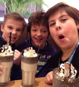 sichtart sammelt selfies für einen guten zweck für colourful children hearts, selfie zu dritt